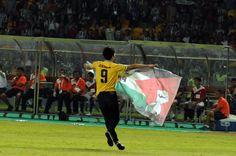 Bendera Palestina dikibarkan salah satu penonton laga ISL All Stars vs Juventus di Stadion GBK, (6/8/14) foto: http://foto.liputan6.com/