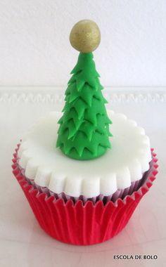 Neste vídeo você vai aprender a fazer esta mini árvore de Natal em pasta americana. Fica pronta em minutos, não necessita de cortadores ou qualquer outro tipo de ferramenta. Ótima para decorar cupcakes, bolos ou panetones.
