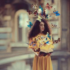 Oleg Oprisco es un fotógrafo de apenas 24 años oriundo de Lviv, Ucrania, que crea impresionantes imágenes surrealistas de mujeres jóvenes y elegantes, con accesorios y colores fantásticos que parecen sacadas de cuentos de hadas