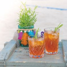 Frisches Bio-Eistee Rezept mit Himbeere und Gingerbeer Alcoholic Drinks, Wine, Glass, Food, Iced Tea Recipes, Raspberries, Drinkware, Corning Glass, Essen