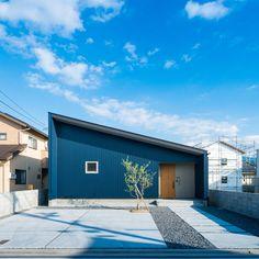 """. 徹底したのはシンプルさ。 珍しいジャンブルー色のガルバリウムを使用。 反対色の木目ドアを用いてアクセントにしています。 . 写真のお家とは別ですが、 四国中央市寒川にて""""「中庭」を囲むロの字の平屋""""の 完成見学会を開催いたします。 日時:平成29年9月23日(土)、24日(日) 時間:13時~16時(最終受付)/1時間4組 予約: 0120-660-330 駐車場に限りがあるため、 ご来場の際はご予約をお願いしておりますが、 現在ご予約を多数頂戴しております。 ぜひ、お早めにご予約くださいませ。 コラボハウス一級建築士事務所 スタッフ一同 #ファサード #外観 #片流れ屋根 #ガルバリウム #ジャンブルー #軒天 #グレー #玄関 #ドア #木目ドア #オールドパイン #モルタル #シンプル #デザイナーズ住宅 #庭 #外構 #コンクリート #平屋 #注文住宅新築 #設計士と直接話せる #設計士とつくる家 #コラボハウス #インテリア #愛媛 #香川 #自分らしい暮らし"""