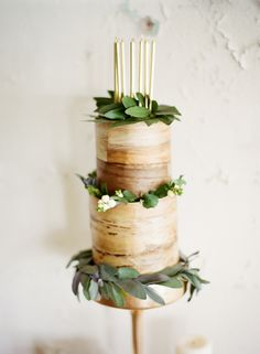 Wood effect wedding cake | SouthBound Bride www.southboundbride.com Credit: Mint Photography