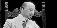 Il 1º marzo 1938 moriva a Gardone Riviera Gabriele D'Annunzio. È stato uno scrittore, poeta, drammaturgo, aviatore, militare, politico e giornalista italiano, simbolo del Decadentismo italiano, del quale fu il più illustre rappresentante assieme a Giovanni Pascoli, ed eroe di guerra.