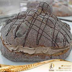 Pan de muerto relleno de crema de chocolate.