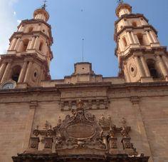 En el Centro histórico de León se en encuentra la Catedral Basílica, la primera piedra la colocaron en 1764 y en 1867 terminan su construcción. #leon #guanajuato #mexico #leóngto #templosdemexico #templo #church #architecture #arquitecturamx (en León...