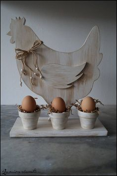 "Hen on white ""Coquinette"" base Awesome Woodworking Ideas, Small Woodworking Projects, Woodworking Joints, Woodworking Patterns, Woodworking Workshop, Fine Woodworking, Woodworking Crafts, Woodworking Organization, Diy Ostern"