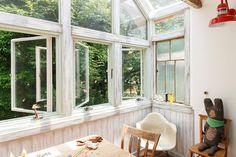サンルームでくつろぐひとときは、都心にいることを忘れそうになる。 Half Doors, Side Extension, Cozy Fashion, Conservatory, Sunroom, Balcony, Home Improvement, Windows, Interior