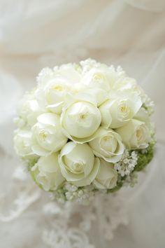 カップ咲きの丸いバラ、ブルゴーニュと ライラックの白と ビバーナムスノーボール。 白と淡い緑のラウンドブーケです。    この挙式ブ...