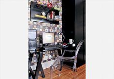 No quarto-escritório, o papel de parede faz pano de fundo colorido e óptico para a mesa, composta de tampo de vidro e cavalete. Os armários são de sucupira ebanizada