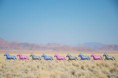 Basé à Los Angeles, le photographe Gray Malin consacre une partie de son oeuvre au ballon de baudruche, symbole universel de la célébration, du bonheur et de la joie selon lui. Dans la série « Up and way », l'artiste utilise alors des ribambelles de ballons d'animaux gonflés à l'hélium placés dans des environnements incongrus. Des ballons également disponibles sur le shop de l'artiste.