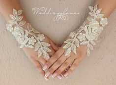 French lace fingerloop gloves from Weddinggloves by DaWanda.com
