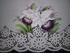 Pano de copa falso rechilieu com orquidea Lace Painting, Cutwork, Sewing Techniques, Diy And Crafts, Lily, Embroidery, Creative, Floral, Craft Rooms