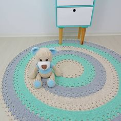 The round crochet rug is a versatile craft that you can make to decorate your home or even to sell and complement your income. Crochet Cake, Crochet Doily Rug, Crochet Rug Patterns, Crochet Ideas, Animal Rug, Crochet Decoration, Nursery Rugs, Shag Carpet, Ikea