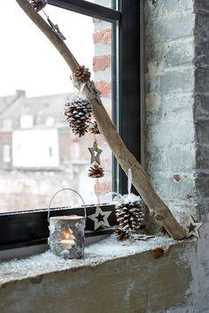 Un rebord de fenêtre stylé pour Noël avec une branche d'arbre.
