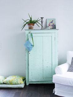 meuble peint en bleu clair