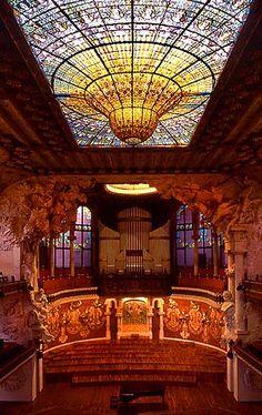 Palau de la Musica Catalana, und wenn man es in den Konzertsaal schafft kann man diese fantastischen Kuppeltropfen bewundern
