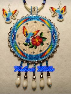 Beautiful hummingbirds with flowers bead work Native Beading Patterns, Beaded Flowers Patterns, Beadwork Designs, Bead Loom Patterns, Beaded Jewelry Patterns, Beaded Earrings Native, Native Beadwork, Native American Beadwork, Indian Beadwork