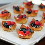 Berries & Cream Cinnamon Dessert Cups - thin, crispy cinnamon and sugar coated wonton cups filled with a sweet cream cheese filling and fresh berries. Cinnamon Desserts, Ww Desserts, Healthy Desserts, Delicious Desserts, Dessert Recipes, Yummy Food, Wonton Recipes, Ww Recipes, Mini Fruit Pizzas
