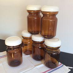 Anciens pots Chicorée Leroux. Pots en verre de couleur marron avec leur couvercle à vis en plastique blanc. Vintage 70's.