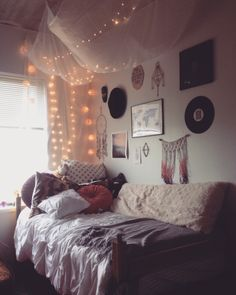 Cozy dorm room, indie dorm room, college dorm bedding, lights in dorm Dorm Room Canopy, Cozy Dorm Room, Cute Dorm Rooms, Cozy Bedroom, Bedroom Simple, Pretty Bedroom, Dorm Room Ideas For Girls, Dorm Bedding, Bedroom Wall