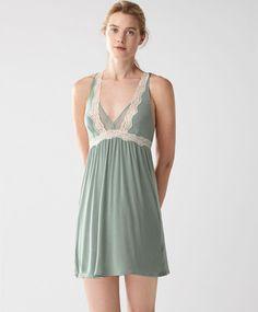 Ночная рубашка с кружевом, 2599руб - Ночная рубашка из плюмети с кружевной отделкой Скрещенные бретели можно регулировать. <br/> - Тенденции женской моды весна лето 2017 на Oysho онлайн.