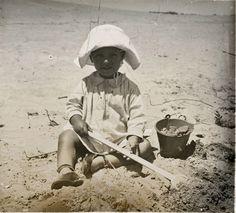 Niño en la playa de Cullera, entre 1919-1927 . Fotografía de Francisco Roglá López, (1894-1936). Colección de Colección de fotografías de Cullera I. Donación Familia Roglá