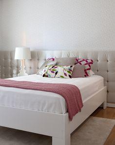 Decoração de: quarto de solteiro; manta rosa; Casa de Valentina