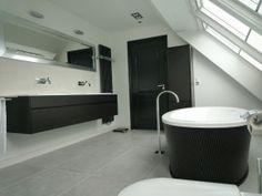 Stanza da bagno.  Bagno elegante e bellissima con v-scanalature nella lavorazione del legno.  Più di bellezza www.interieur-makers.nl