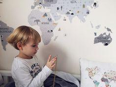 Naklejka na ścianę mapa świata to idealna opcja dla małych podróżników. Sprawdź wszystkie naklejki na ścianę do pokoju dziecka.  foto: jaskoweklimaty Marceline, Baby, Design, Babies, Infant, Design Comics, Child, Babys