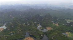 明日は、ベトナムの大渓谷『チャンアンの景観』です。ここは内陸の田園地帯。あちこちに水辺があり、不思議だと思いませんか? 実はこれすべて川で、岩山の地底を流れつながっています。川の総延長は20キロ!竹舟にのってゆくのが定番の観光コース…