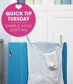 Quick Tip Tuesday: Simple Sock Sorting _____ Socken jeweils ein paar Tage lang im Wäschebeutel sammeln, dadurch immer paarweise bei der Wäsche