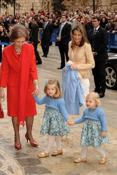Queen Letizia of Spain Photos Photos - Queen Sofia (L), Princess Letizia and her daughters Princess Leonor (2nd R) and Princess Sofia leave Palma de Mallorca Cathedral after Easter Sunday Mass on April 12, 2009 in Palma de Mallorca, Spain. (Photo by Carlos Alvarez/Getty Images) * Local Caption * Prince Felipe of Spain;Queen Sofia of Spain;Princess Letizia of Spain;Princess Leonor of Spain;Princess Sofia of Spain - Spanish Royals Attend Easter Mass in Mallorca