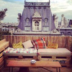 Le rooftop branché du Perchoir vient d'investir un nouveau lieu : une terrasse de 250m²au 7e étage du BHV Marais. Au programme : un espace cosy et coloré, du bon…