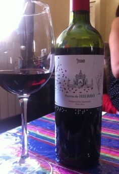 Botella y copa de vino Puerta de Hierro 2014 de Bodegas Jeromín