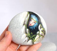 Piedra pintada. Expresa libre envío poco elf, sprite del bosque pintados…