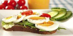 FROKOST: Rugbrød med egg er en bra frokost for deg som spiser lavkarbo. Rye Bread, Evening Snacks, Grubs, Avocado Toast, Scandinavian, Protein, Eggs, Breakfast, Desserts