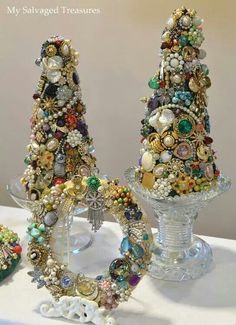 Vintage Jewelry Crafts Have plenty of Junk jewelry to give this a try! Christmas Jewelry, Christmas Art, Vintage Christmas, Christmas Holidays, Christmas Wreaths, Christmas Decorations, Christmas Ornaments, Costume Jewelry Crafts, Vintage Jewelry Crafts