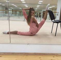 Una gimnasta para lograr hacer eso..... Sufre mucho