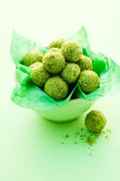 Pistazientrüffel mit grünem Tee | Zeit: 1 Std. | http://eatsmarter.de/rezepte/pistazientrueffel-mit-gruenem-tee