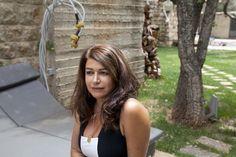 Raghad Mardini è un'artista siriana rifugiata, fondatrice dell'atelier Aley. Insieme ad altre artiste rifugiate ha ristrutturato una vecchia struttura adibita a garage per avere di nuovo uno spazio dove dipingere e fare arte. Questo è stato molto importante non soltanto per poter ricominciare a lavorare, ma anche per affrontare i traumi subiti nel corso della fuga.  © UNHCR/E.Dorfman www.unhcr.it/1family