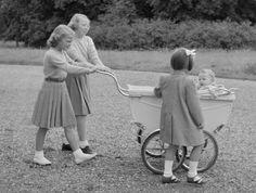 De prinsessen aan het wandelen met hun Baby zusje Marijke (NL)