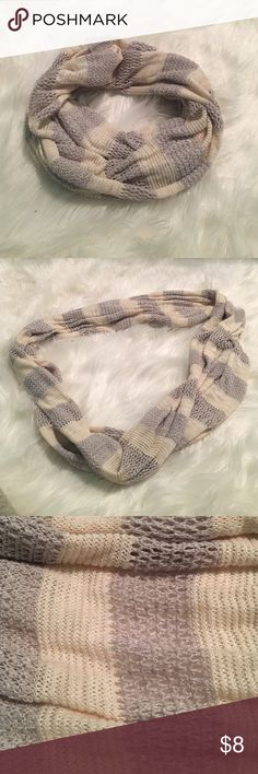 AEO Infinity Scarf AEO Infinity Scarf! Perfect for winter paired with a jacket. Silver and cream color. In great condition! American Eagle Outfitters Accessories Scarves & Wraps