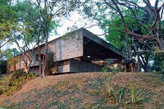 Dois planos sobrepostos definem a empena cega do pavimento superior da casa Butantã, projetada pelo arquiteto Paulo Mendes da Rocha