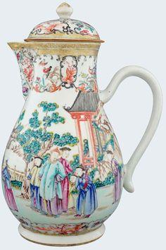 Très grande verseuse à décor de mandarins en porcelaine de Chine de la Compagnie des Indes d'époque Qianlong Peinte dans les émaux de la famille rose, à décor de mandarins dans une paysage.