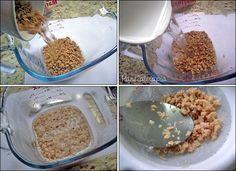 Coloque em um recipiente: 1 xícara de proteína de soja (aqui eu estou usando a proteína fina); 2 xícaras de água fervente; 1 colher (sopa) de vinagre ou suco de limão (ajuda a minimizar o odor cara…
