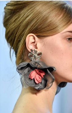 Badgley Mischka at New York Fashion Week Fall 2018 – Details Runway Photos - jewelry Textile Jewelry, Fabric Jewelry, Gold Jewelry, Nice Jewelry, Diy Schmuck, Schmuck Design, Diy Earrings, Flower Earrings, Wedding Earrings