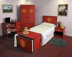 """Who does not know the """"red devil"""", according to his nickname the color red is mandatory for those who want to bring Manchester United to their bedroom. But will a little be a problem if your spouse does not like football clubs such as yourself. No need to worry, try to paint a room with red or white walls. It is not complete if there is no favorite club logo. The solution is to use the accessories and furniture that is nuanced Manchester United. Look at the pictures here."""
