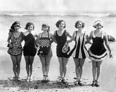 Vintage Beach Photos, Photo Vintage, Vintage Pictures, Vintage Photographs, Vintage Bathing Suits, Vintage Swimsuits, Bikini Vintage, Flapper Girls, 1920s Flapper