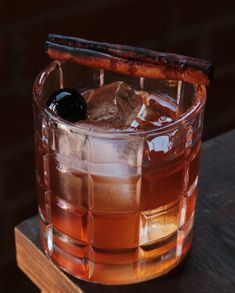 30 Best Bourbon Cocktails - Easy Drink Recipes Made With Bourbon From a classic old fashioned to brand new twists, these are the bourbon recipes your cocktail shaker needs. Bourbon Cocktails, Whiskey Cocktails, Cocktail Drinks, Cocktail Recipes, Cocktail Shaker, Bourbon Liquor, Drinks With Bourbon, Raspberry Cocktail, Cocktail Ideas