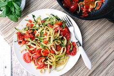 Die Low Carb Zucchini Nudeln mit Tomaten, Paprika und Knoblauch sind im Handumdrehen gemacht, machen ordentlich satt und sind wunderbar knackig und lecker.